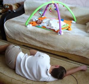 Папа спит рядом с сыном