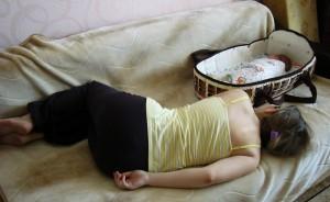 Мама спит рядом с сыном