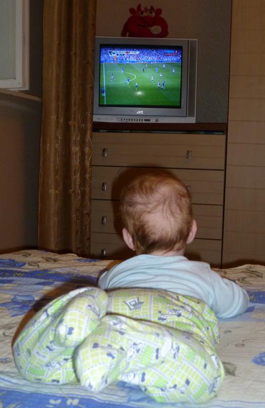 Смотрит телевизор (футбол, Челси, 28.08.2010)